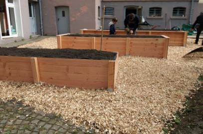 Hochbeete im Garten der Hinsbeckschule